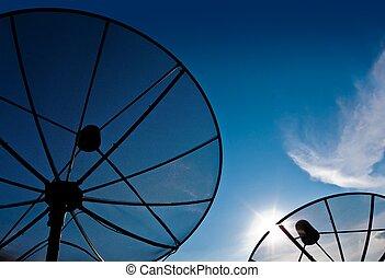 zwei, satellitenschüssel, mit, blauer himmel
