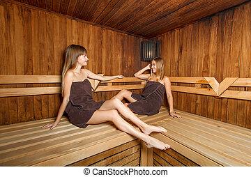 gl cklich frauen zwei sauna junger frauen sitzen junger bank zwei sauna gl cklich. Black Bedroom Furniture Sets. Home Design Ideas