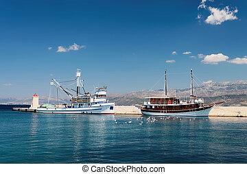 zwei, schiffe, in, der, porto , von, a, kleine stadt, an, a, tageszeit, -, kroatien, insel, brac