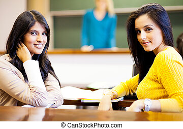 zwei, weibliche , hochschulstudenten, in, klassenzimmer