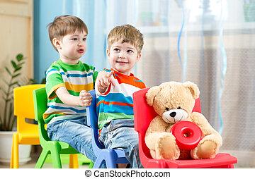 zwei, wenig, knaben, spielende , rolle, spiel, in, daycare
