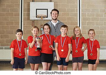 zwycięski, szkoła, sport zaprzęg, z, medals, i, trofeum, w, sala gimnastyczna